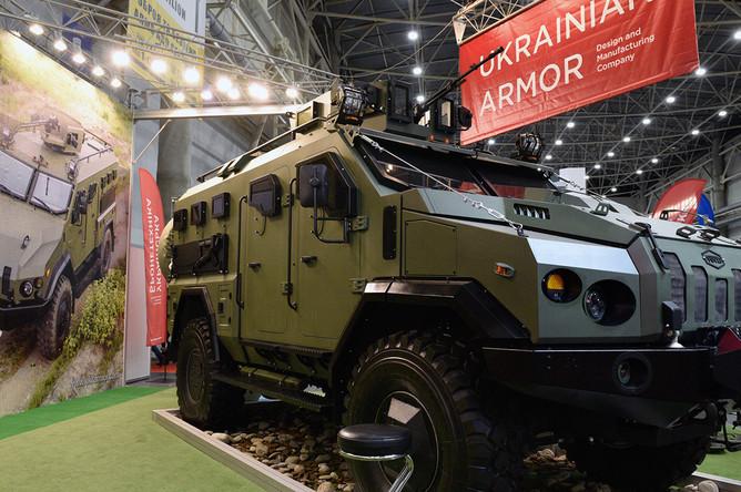 Специализированный бронированный автомобиль «Варта», представленный на выставке «Оружие и безопасность 2019» в Киеве