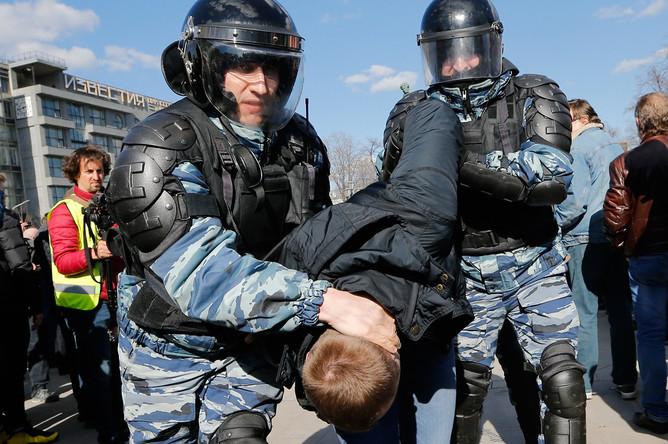 Во время задержания участника несанкционированной акции оппозиции против коррупции на Пушкинской площади, 26 марта 2017 года