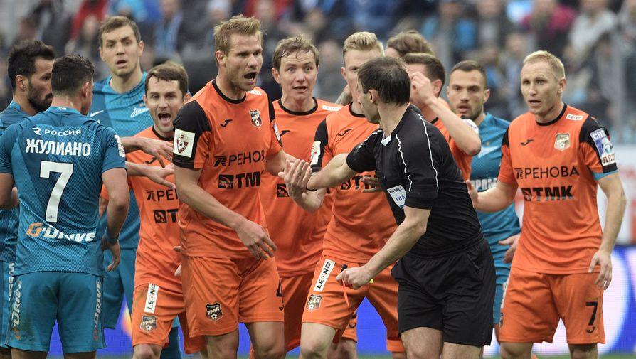 Футболисты «Урала» окружают арбитра Алексея Еськова после удаления Эрика Бикфалви, еще не зная, что это только начало