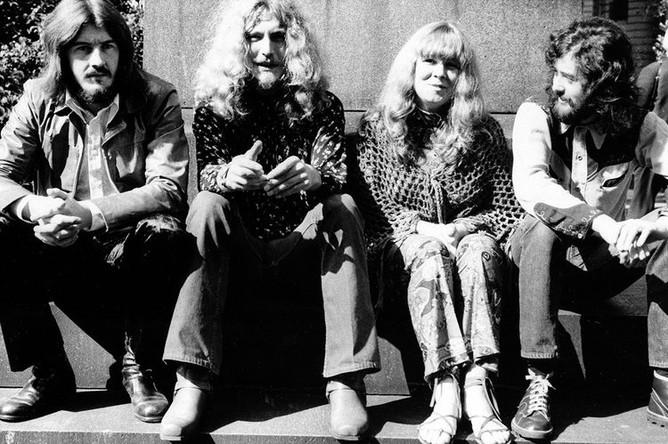Группа Led Zeppelin в составе Джона Бонэма, Роберта Планта и Джимми Пейджа фотографируются с певицей Сэнди Денни в Лондоне, 1970 год