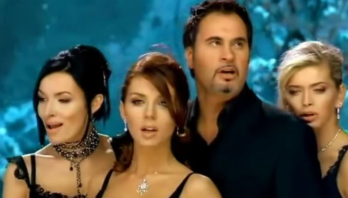Валерий Меладзе и группа «ВИА Гра» в клипе «Сто шагов назад»