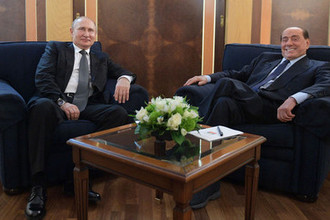 Президент России Владимир Путин и Сильвио Берлускони во время встречи в международном аэропорту «Фьюмичино» в Риме, 5 июля 2019 года