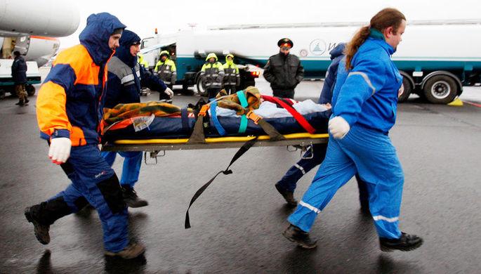 Транспортировка пострадавшего при пожаре в пермском клубе «Хромая лошадь» из самолета в вертолет в аэропорту в Москве, 2009 год
