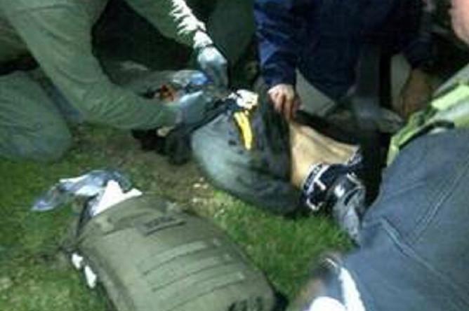 Джохар Царнаев арестован и госпитализирован в тяжелом состоянии. На распространенной правоохранительными органами после ареста фотографии Царнаев лежит спиной на земле, видимо, без чувств и его пытаются привести в сознание окружающие.