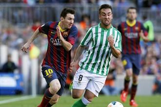 Лионель Месси оформил дубль в игре с «Бетисом», но его «Барселона» по-прежнему вторая в чемпионате Испании по футболу