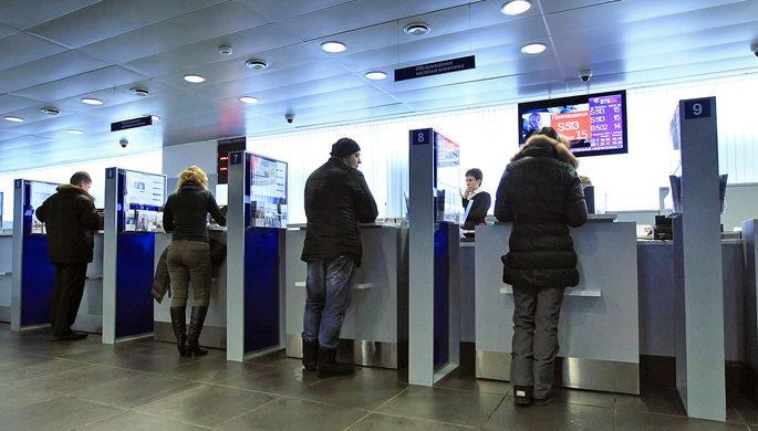 Посетители в операционном зале отделения банка