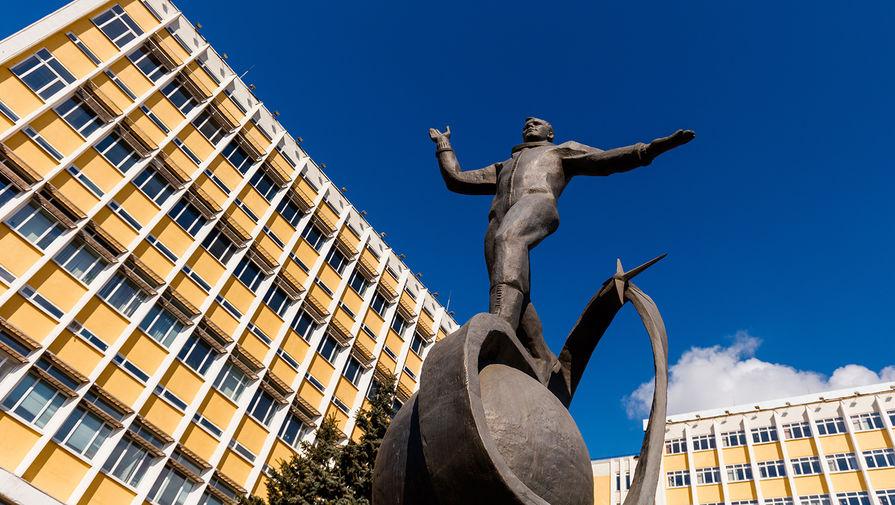 Памятник космонавту Юрию Гагарину на улице Максима Горького в Ижевске. Скульптура по проекту Павла Медведева была установлена в 2020 году. Памятник является копией скульптуры авторства Анатолия Новикова, установленной в подмосковных Люберцах