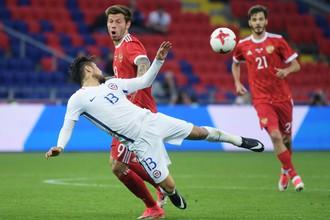 Нападающие сборной России Федор Смолов и Александр Ерохин борются за мяч с соперником