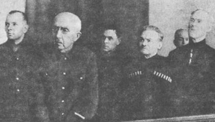 Судебный процесс (15—16 января 1947 года). Первый ряд: П. Н. Краснов, А. Г. Шкуро, С. Клыч-Гирей. Второй ряд: Г. фон Паннвиц, С. Н. Краснов, Т. Н. Доманов