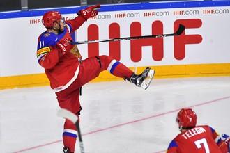 Нападающий сборной России по хоккею Сергей Андронов радуется своему голу в матче против команды Швеции