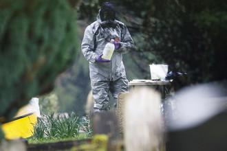 Следователи на месте захоронения Людмилы Скрипаль в Солсбери, 10 марта 2018 года