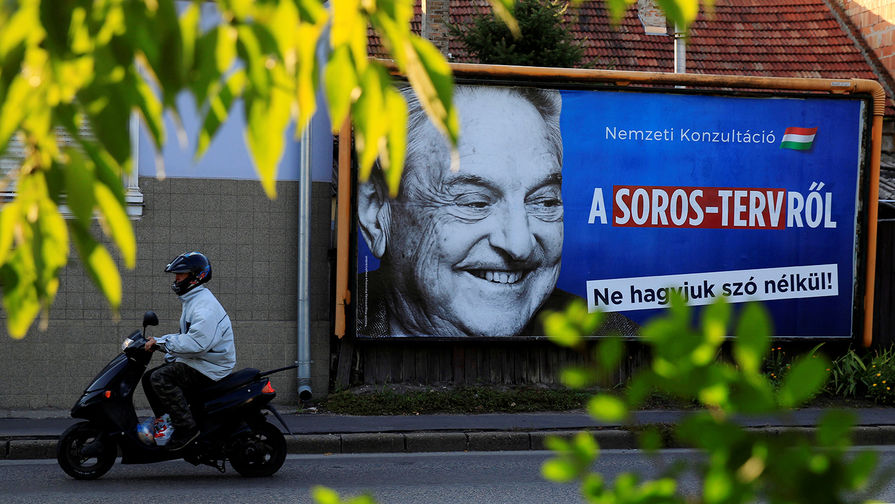 Агитационный плакат с изображением Джорджа Сороса в венгерском городе Сольнок, октябрь 2017 года