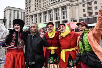 Участники фестиваля «День народного единства» на Манежной площади в Москве