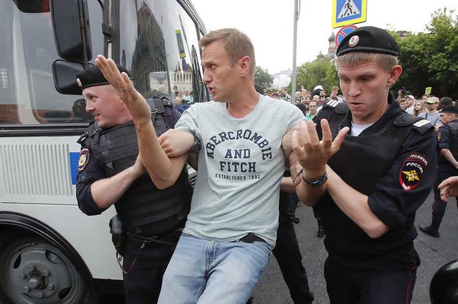 Полицейские задерживают Алексея Навального на акции в поддержку журналиста И.Голунова на Петровке, 12 июня 2019 года