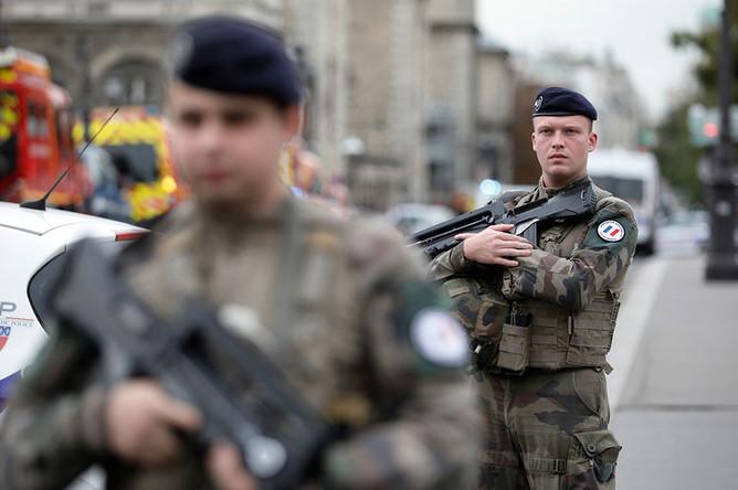 Армейское оцепление возле здания управления полиции Парижа, 3 октября 2019 года