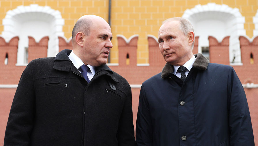 Председатель правительства России Михаил Мишустин и президент Владимир Путин во время церемонии возложения венка к Могиле Неизвестного Солдата в Александровском саду в Москве, февраль 2020 года