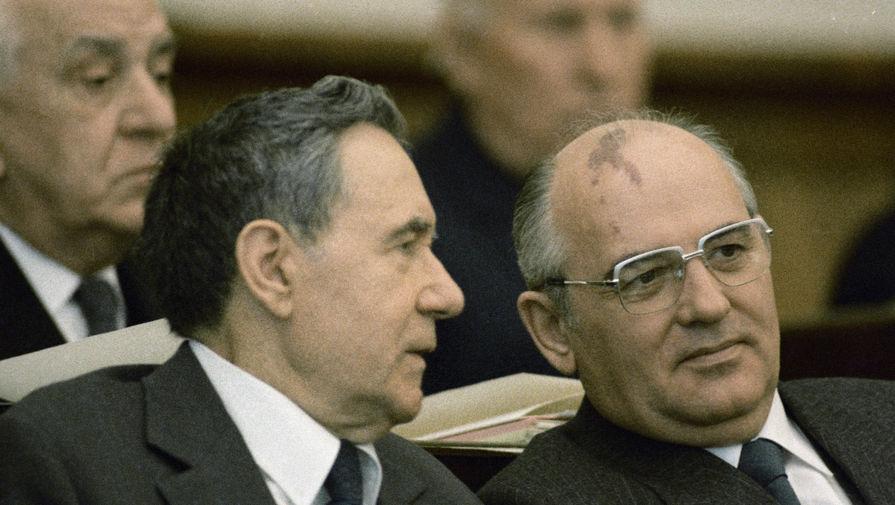 Михаил Горбачев и Андрей Громыко в президиуме первой сессии Верховного Совета РСФСР одиннадцатого созыва, 1985 год