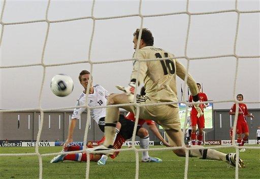 Нападающий молодежной сборной Германии Патрик Херрман опередил Щенникова и послал мяч в ворота Александра Фильцова