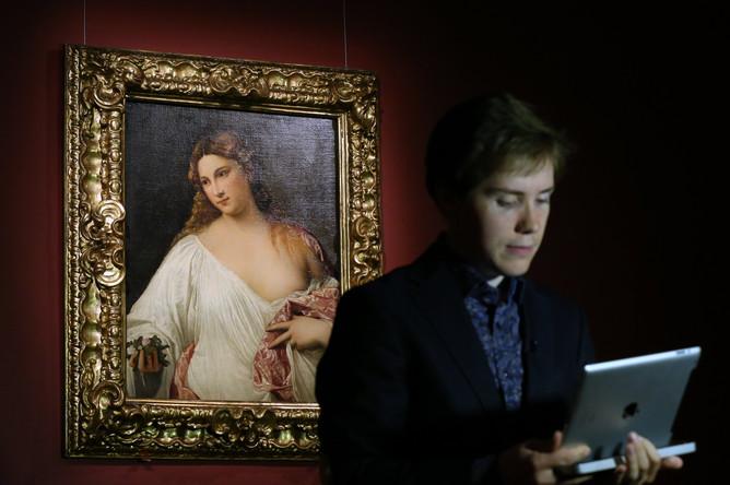 Посетитель у картины «Flora» (1517 г.) на открытии выставки «Тициан. Картины из музеев Италии» в Государственном музее изобразительных искусств им. А.С. Пушкина