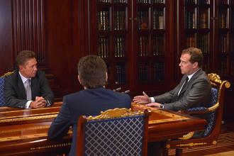 Председатель правительства России Дмитрий Медведев на встрече с главой ОАО «Газпром» Алексеем Миллером (слева) и министром энергетики РФ Александром Новаком в резиденции «Горки»