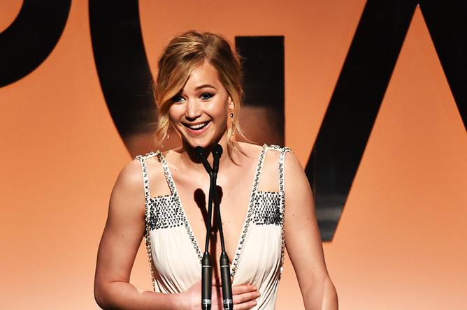 Дженнифер Лоуренс произносит речь на церемонии вручения 26-й премии Гильдии продюсеров США