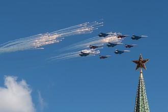 Истребители Су-27 и МиГ-29 во время репетиции воздушной части военного парада в Москве в ознаменование 70-летия Победы в Великой Отечественной войне 1941–1945 годов