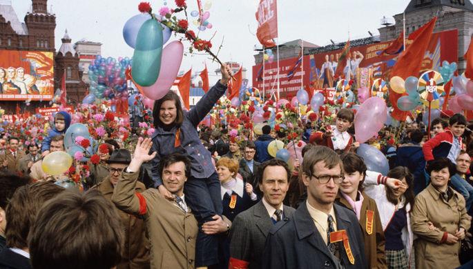 Праздничная демонстрация на Красной площади в День международной солидарности трудящихся, 1 мая 1983 год