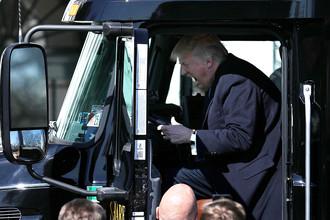 Президент США Дональд Трамп за рулем грузовика, 24 марта 2017 года