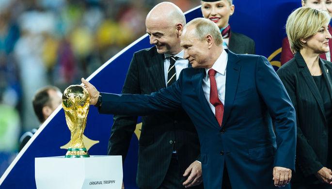 Президент РФ Владимир Путин и президент ФИФА Джанни Инфантино на церемонии награждения победителей чемпионата мира по футболу FIFA 2018 года на стадионе «Лужники»
