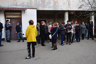 Сотрудники правоохранительных органов и горожане у входа в приёмное отделение Керченской городской больнице №1, 17 октября 2018 года