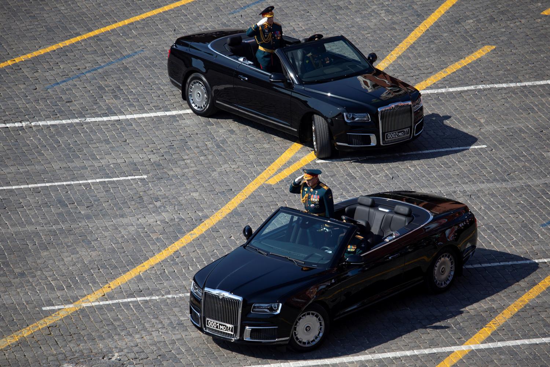 Министр обороны России Сергей Шойгу и главнокомандующий сухопутными войсками МО РФ Олег Салюков в кабриолетах Aurus Senat во время генеральной репетиции военного парада Победы, 7 мая 2019 года