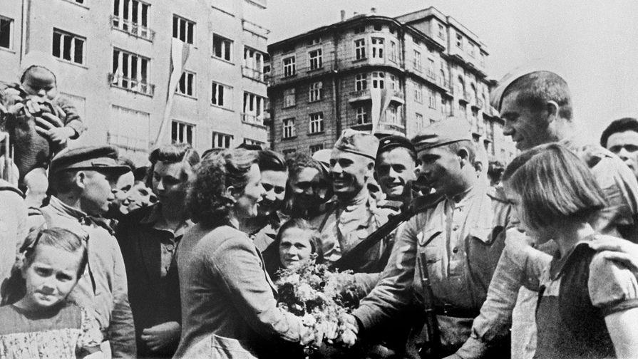 Жители освобожденной Софии приветствуют бойцов Красной армии, 1944 год