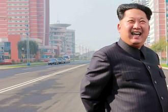 На заднем плане фотографии можно рассмотреть, что на осмотр улицы лидер КНДР прибыл в кортеже из нескольких автомобилей Mercedes