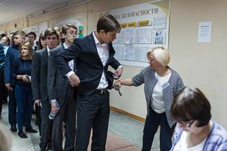 Досмотр учеников перед началом единого государственного экзамена по математике в гимназии №150 в Омске