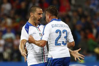 Леонардо Бонуччи (слева) и Эмануэле Джаккерини на двоих сообразили первый гол в бельгийские ворота