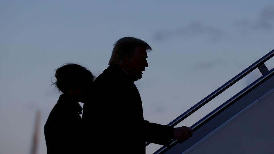 Президент США Дональд Трамп и его супруга Меланья Трамп поднимаются на борт номер один на авиабазе Эндрюс, 20 января 2021 года