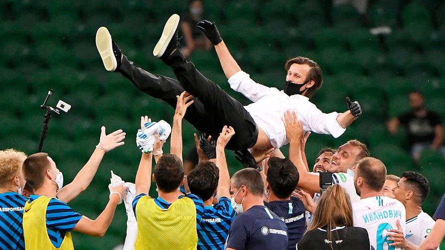 Под руководством Сергея Семака «Зенит» дважды выиграл чемпионат Российской премьер-лиги. На фото Семак и игроки команды после матча с «Краснодаром» на чемпионате России по футболу в 2020 году