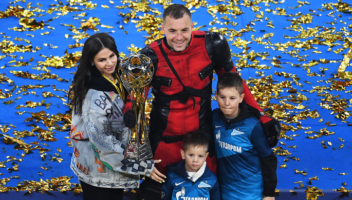 Игрок ФК «Зенит» Артем Дзюба в костюме Дэдпула с женой Кристиной и сыновьями после церемонии награждения игроков ФК «Зенит», 2 мая 2021 года