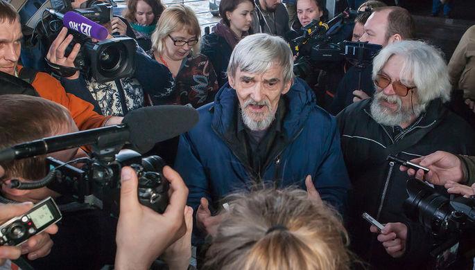 Глава карельского «Мемориала» Юрий Дмитриев после вынесения оправдательного приговора у Петрозаводского городского суда, 5 апреля 2018 года
