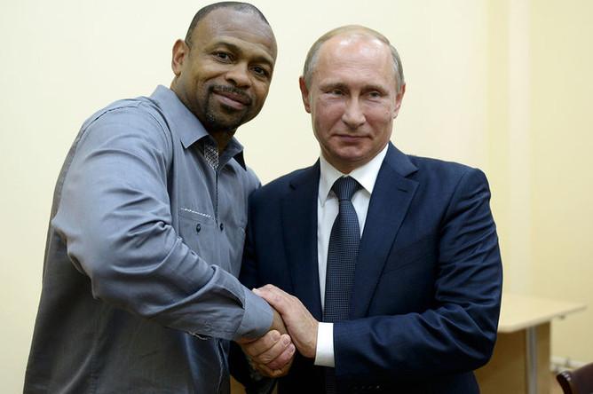 Президент России Владимир Путин во время встречи с американским боксером Роем Джонсом в Севастополе, 2015 год