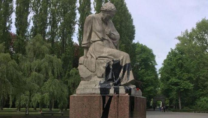 Вандалы-нацисты: в Берлине осквернили монумент советской матери
