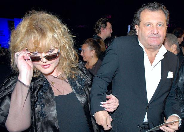 Певица Алла Пугачева и бизнесмен Шабтай Калманович перед показом новой коллекции Валентина Юдашкина на Неделе моды в Москве, 2006 год