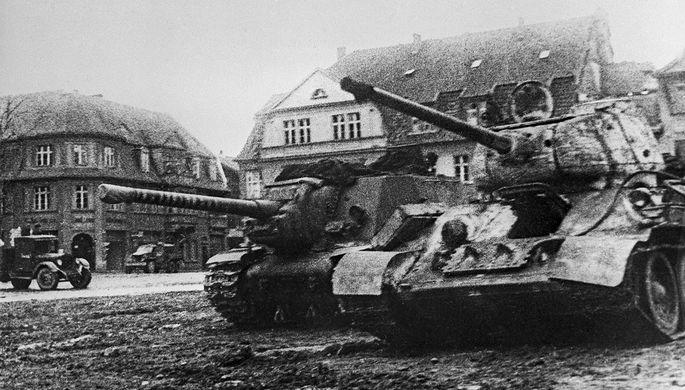 Восточно-Прусская наступательная операция советских войск. Советские танки в населенном пункте на подступах к Кенигсбергу