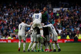 Футболисты «Реала» празднуют забитый Марсело гол