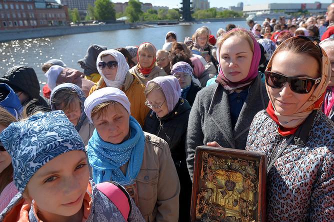 Верующие стоят в очереди к храму Христа Спасителя в Москве, 22 мая 2017 года