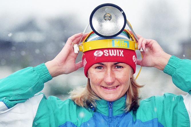 Лыжница Елена Вяльбе готовится к вечерней тренировке, 1997 год