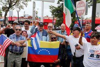 Венесуэльцы и кубинцы протестуют против Николаса Мадуро в районе Майами Маленькая Гавана