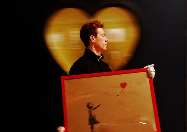 Работа Бэнкси «Девочка с красным шаром» на аукционе Bonhams, 2012 год