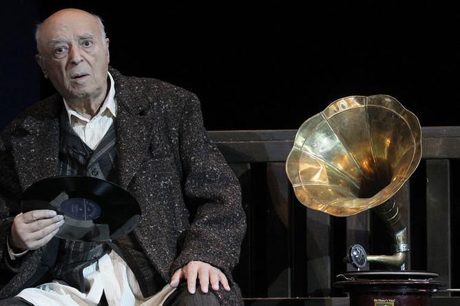Владимир Этуш (Гергори Соломон) в сцене из спектакля «Пристань», 2011 год