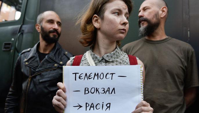 Участники акции протеста у офиса телеканала NewsOne против телемоста между российским каналом «Россия 1» и украинским каналом NewsOne, 8 июля 2019